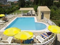Dimitra Apartments <br/>EUR 205.85 <br/> <a href='https://www.vacanceselect.com/nl/Partners/TradeTracker/?tt=865_250989_45326_Heerlijkevakantie&amp;r=https%3A%2F%2Fwww.vacanceselect.com%2Fnl%2Fvakantiepark%2Fgriekenland%2Fcorfu%2Fdimitra-apartments%2F51773' target='_blank'>Reserveren</a>