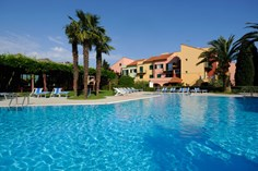 Residence I Cormorani <br/>EUR 335.84 <br/> <a href='https://www.vacanceselect.com/nl/Partners/TradeTracker/?tt=865_250989_45326_Heerlijkevakantie&r=https%3A%2F%2Fwww.vacanceselect.com%2Fnl%2Fvakantiepark%2Fitalie%2Fbloemenriviera%2Fresidence-i-cormorani%2F51452' target='_blank'>Reserveren</a>